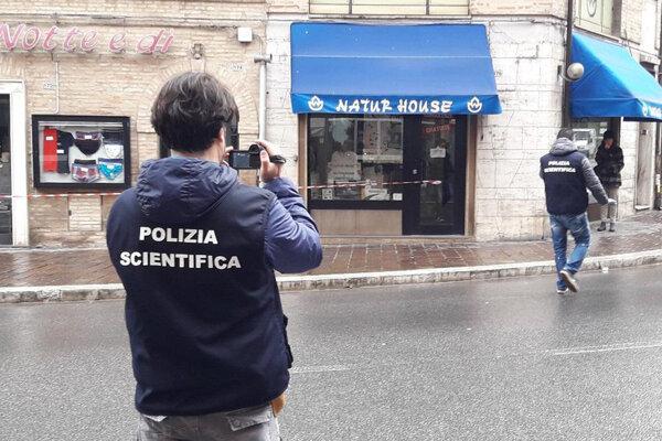 V uliciach mesta Macerata sa v sobotu strieľalo.