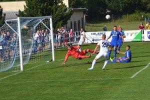 Belušania (v modrom) potrápili v Slovnaft cupe prvoligvý ViOn.