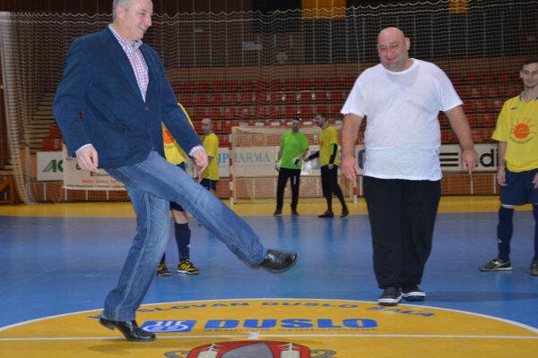 O slávnostný výkop sa postaral primátor mesta Šaľa Jozef Belický. Vpravo organizátor Vianočného turnaja Jozef Novák.
