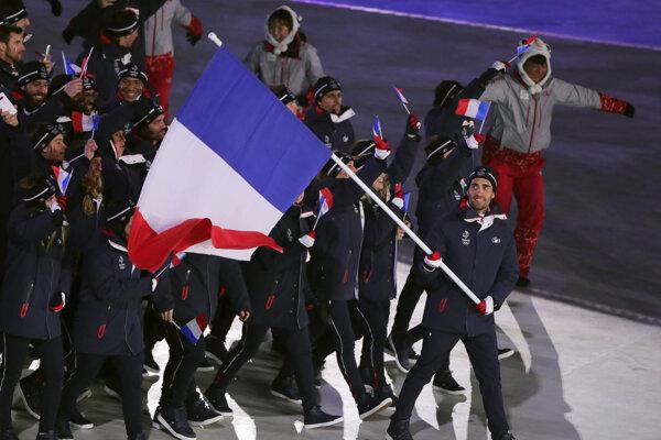 Martin Fourcade s vlajkou v rukách privádza francúzsku výpravu na otvárací ceremoniál.