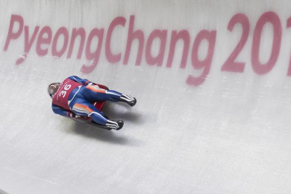 Slovenský sánkar Jozef Ninis počas tréningu v olympijskom ľadovom koryte.