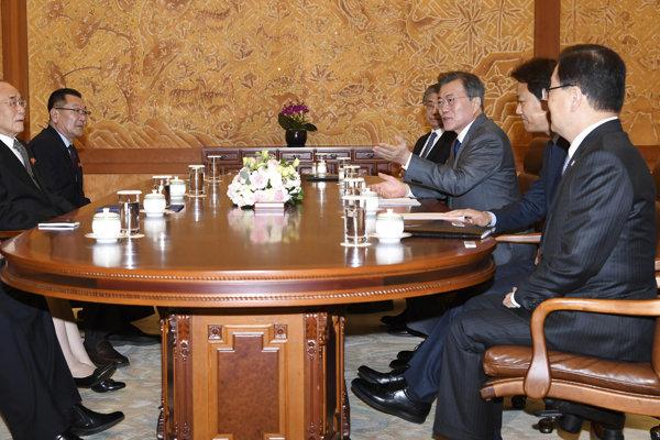 Juhokórejský prezident Mun Če-in (tretí sprava), sestra Kim Čong-una Kim Jo-džong (druhá sprava) a severokórejská delegácia počas stretnutia.