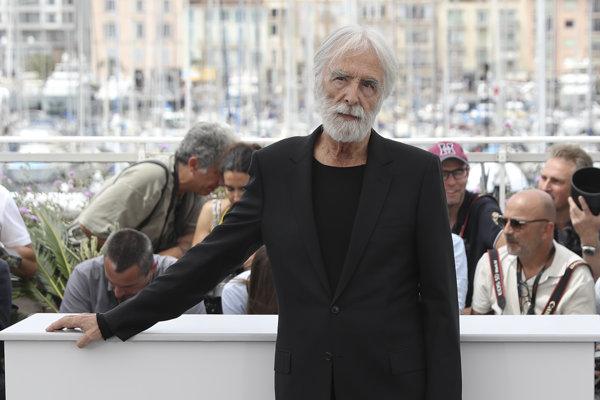 """Michael Haneke  pózuje fotografom počas fototermínu k filmu """"Happy End"""" v rámci 70. ročníka medzinárodného filmového festivalu 22. mája 2017 v Cannes."""