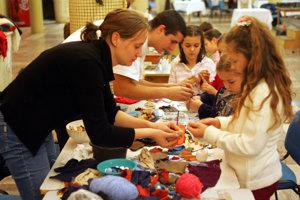 Deti si otestujú svoju zručnosť v tvorivých dielňach.