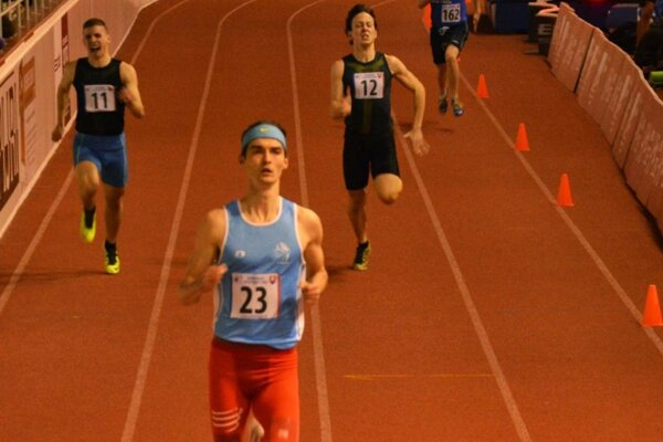 V roku 2015 ukázal chrbát súperom na 400 m v hale aj vonku.