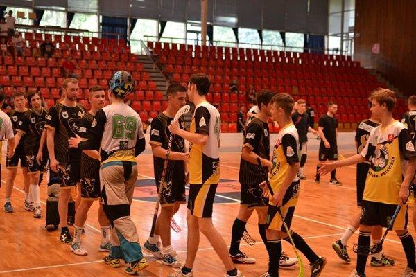 Podávanie rúk po zápase Kladivárov.
