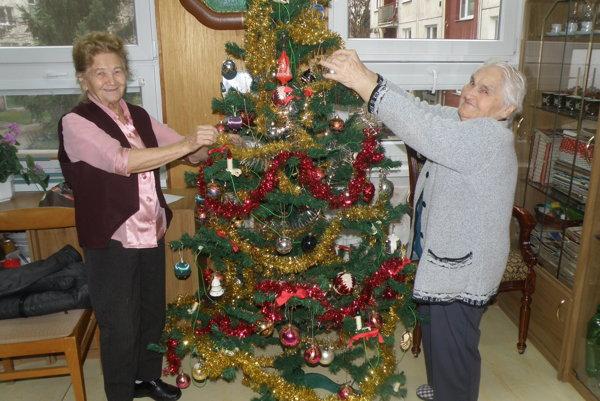 Dôchodkyne v Zariadení pre seniorov v Prievidzi pomáhali pri zdobení stromčekov.