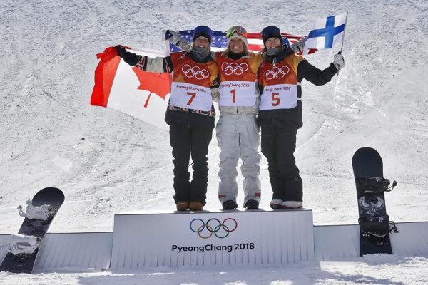 Americká snoubordistka Jamie Andersonová (uprostred) sa teší po obhajobe zlatej medaily v disciplíne slopestyle na ZOH v Pjongčangu.