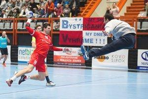 Peter Jurák (v červenom) prekonáva gólmana Madeiry.