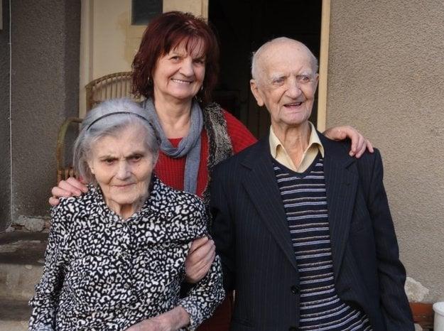 Manželia, ktorí oslávili platinovú svadbu, s dcérou Boženou.