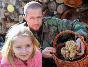 Hubár Jozef Vaš s dcérkou Natáliou boli z vianočnej hubárskej vychádzky spokojní.