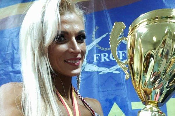 S pohárom vruke aso striebornou medailou na krku vicemajsterka sveta Anita Kuczmanová.