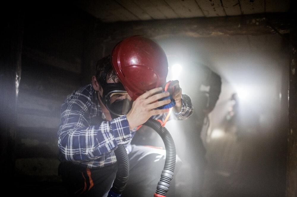 Banskí záchranári počas cvičenia v dymovom polygóne. (21. 8. 2015, Prievidza)
