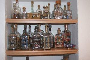 Niektoré fľaše nie sú na predaj, umelec ich má vo svojej vitrínke.
