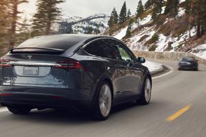 Tesla Model X (vľavo) a Model S (vpravo)
