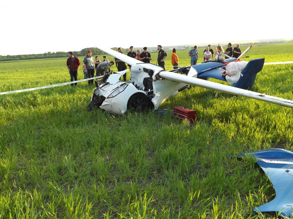 AeroMobil po tvrdom pristátí na poli.