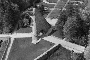 Na archívnej leteckej snímke z 19. októbra 1992 areál Pamätníka Československého armádneho zboru na Dukle.