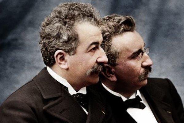 Auguste a Louis Lumière, bratia, ktorí vynašli kino. Význam francúzskeho slova Lumière je svetlo.