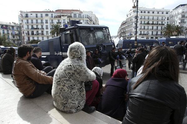 Protestmi chcú odbory vládu donútiť, aby začala rozhovory o zvyšovaní platov.