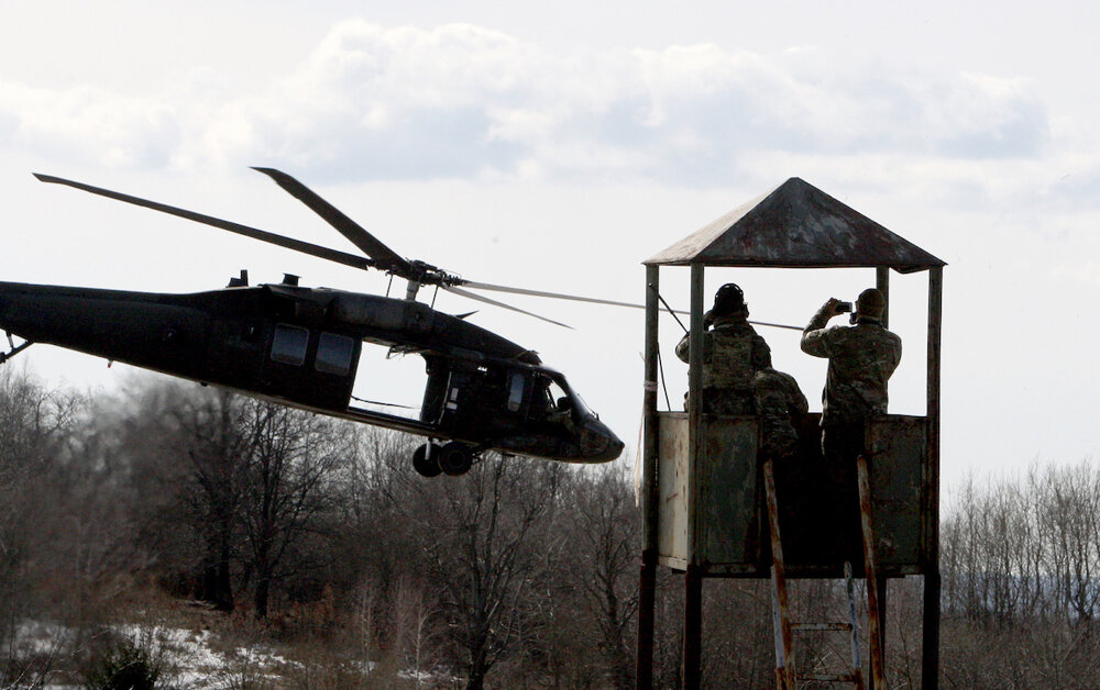 Spoločný výcvik príslušníkov americkej 10. skupiny špeciálnych síl a príslušníkov žilinského 5. pluku špeciálneho určenia v Centre výcviku Lešť. Bol zameraný na taktické postupy pri boji proti terorizmu a pašovaniu nebezpečného materiálu cez hranice Európskej únie. Na fotke je vtruľník Black Hawk. (5. 3. 2015, Zvolen, Lešť)