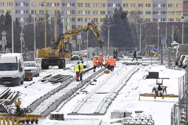 Práce na rekonštrukcii tratí na Tr. SNP vraj idú podľa plánu.