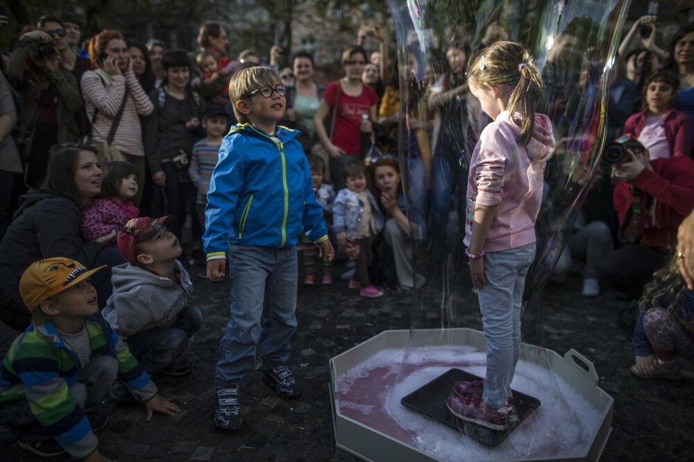 Bublinkový pochod, bublifuking, bubble blowing... Rôzne názvy, rovnaká myšlienka - spolu s jarným počasím vyjsť do ulíc Bratislavy a fúkať bublinky. Takto vyzeralo Bublifukovanie 2015.