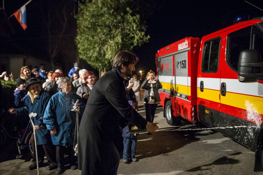 Minister vnútra Robert Kaliňák krstí hasičské auto v dedinke Gáň pri Seredi. Tento rok ich odovzdal niekoľko desiatok, vdecembri mal aj sobotu, keď stihol obísť jedenásť dedín.