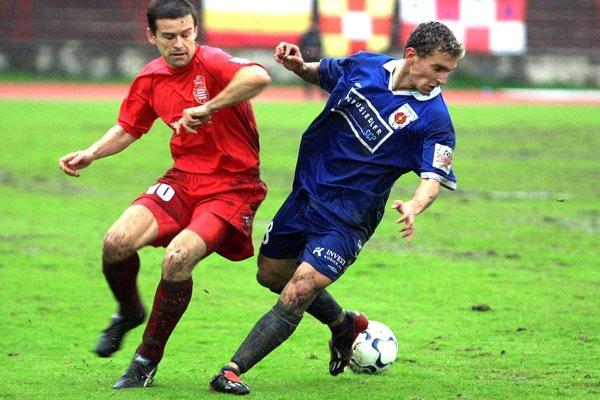 Róbert Semeník (vľavo) patril medzi veľké osobnosti slovenského futbalu. Dnes oblieka dres OŠK Sása v stredoslovenskej piatej lige.