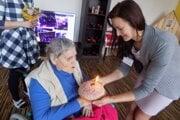 Mária Grigová zablahoželala pani Márií, ktorá oslávila svoje krásne životné jubileum – 80 rokov.