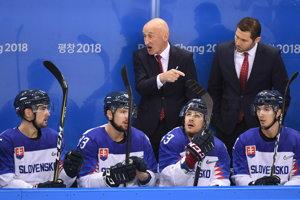 Tréner Craig Ramsay rozdáva pokyny počas zápasu proti Slovinsku.