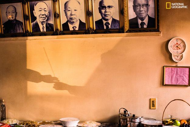 Fotografia bola zhotovená počas čínskeho Nového roka 2015 v Taiwane. Ľudia si podávajú vonnú tyčinku na znak úcty voči predkom. Podávanie predstavuje znalosti a múdrosť odovzdávané z generácie na generáciu.
