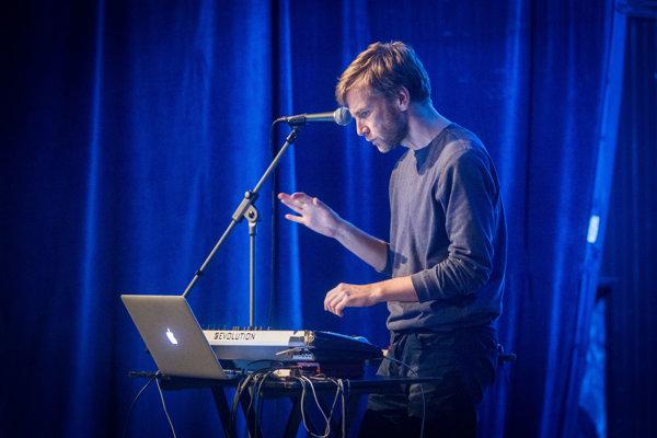 Petra Marka (41) poznáme ako filmového režiséra ahudobníka. Vystupuje pod prezývkou Muzikant Králiček, založil projekt Monikino Kino avroku 2006 kapelu Midi Lidi. Vyštudoval filmovú vedu, teraz učí na FAMU.