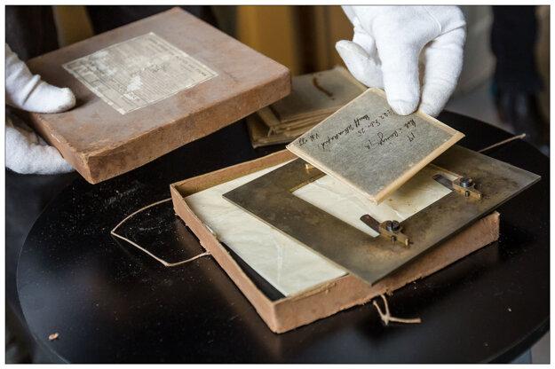 Snímky sa nachádzali v starých škatuliach.