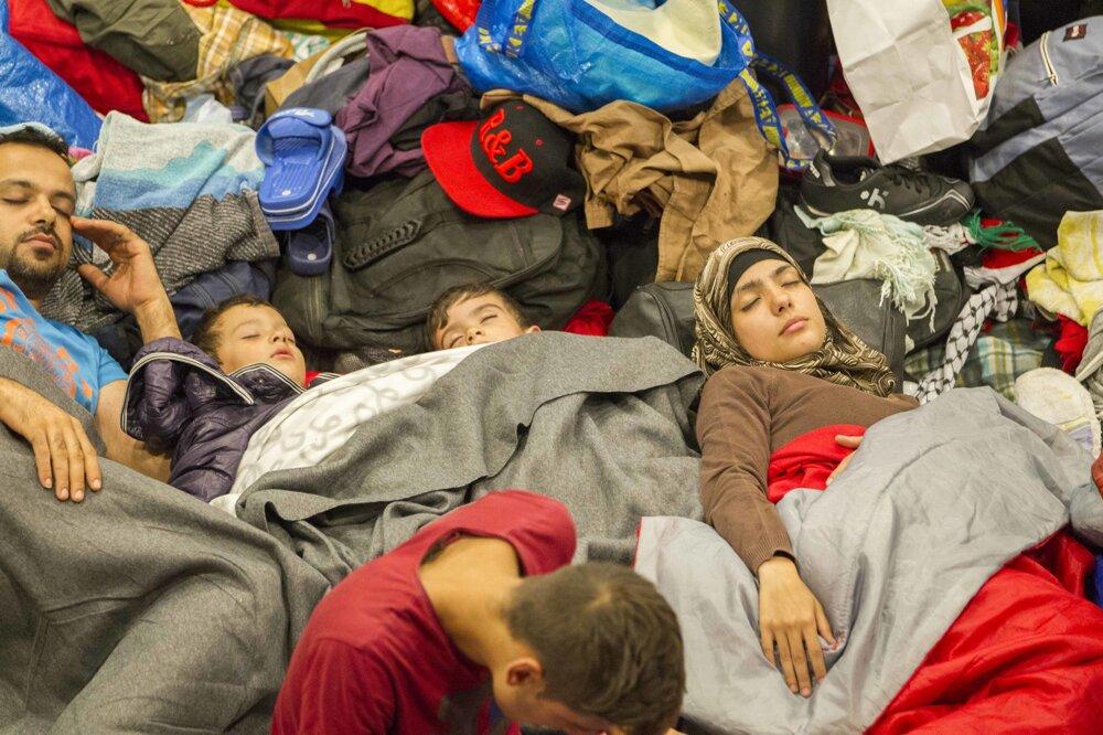 Utečenci prespávali pred zatvorenou stanicou Keleti v Budapešti.