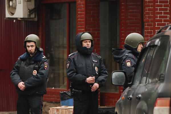 Podľa zdroja z prostredia polície zahynuli pri streľbe štyria ľudia.