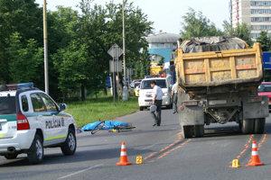 TVRDOŠÍN, jún 2008. Muž na bicykli išiel do práce, pri vchádzaní na hlavnú cestu nedal prednosť tatrovke. Zrážku neprežil.
