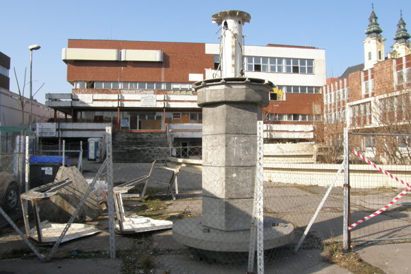 Spolu s Orbisom zbúrajú aj stĺp, ktorý tu zostal po Hodinách svetového času.