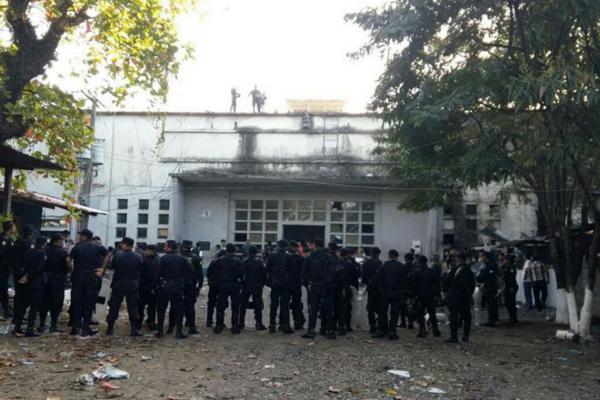 Väznica v Puerto Barrios bola postavená pre 175 väzňov. Podľa ministerstva vnútra však v nej bolo pred vzburou umiestnených 944 osôb.