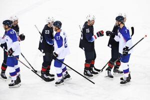 Slovenskí a americkí hokejisti sa zdravia po skončení zápasu.