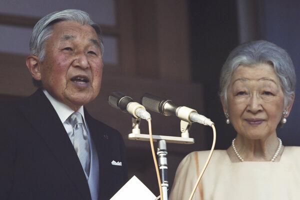Japonský cisár Akihito počas novoročného príhovoru s cisárovou Mičiko.