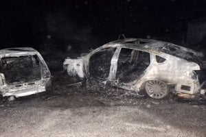 Príčiny požiaru dvoch áut sú v štádiu zisťovania.