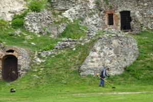 O pravidelnú údržbu hradného areálu sa stará správca, ktorým je Tekovské múzeum.