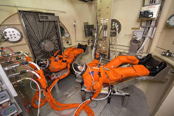 Astronauti pri testovaní oblekov novej generácie, ktoré budú mať zabudovaný záchod.