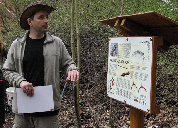 Peter Jenčík pri odhaľovaní informačnej tabule pod hrádkom Zlatý kôň.