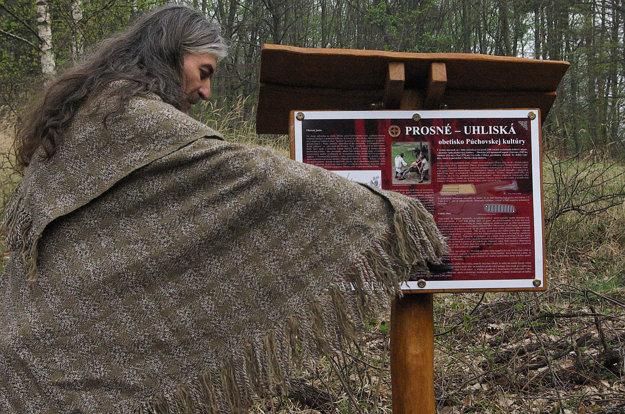 Tabuľu na Uhliskách uviedli symbolicky do života do života polievaním medovinou.