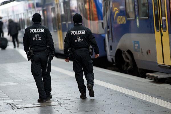 Polícia hliadkuje na železničnej stanici v Mníchove.