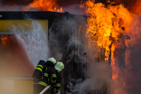 Na mieste udalosti zasahovalo šesť hasičov.