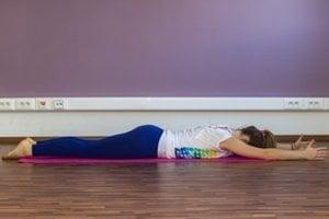 Pomaly stiahnite sedacie svaly a zdvihnite ruky aj nohy. Opäť zotrvajte na 3 – 4 nádychy a výdychy. Pomaly sa uvoľnite a relaxujte.