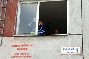 Demontáž okien pred búraním bytového domu na Hrebendovej ulici.