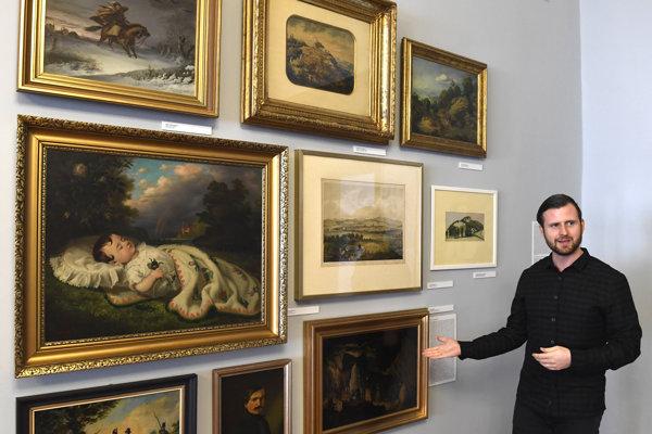 Na snímke kurátor výstavy Miroslav Kleban pri vystavených dielach.